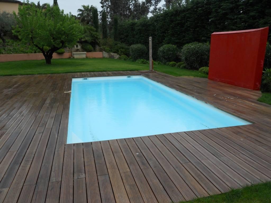 Installation d 39 une piscine coque polyester kryptonite 9 d for Installation d une piscine