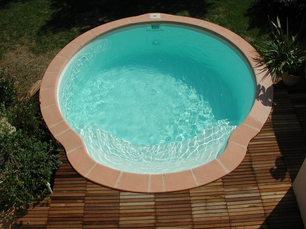 Piscine coque polyester fond plat nacre alliance for Piscine coque fond plat