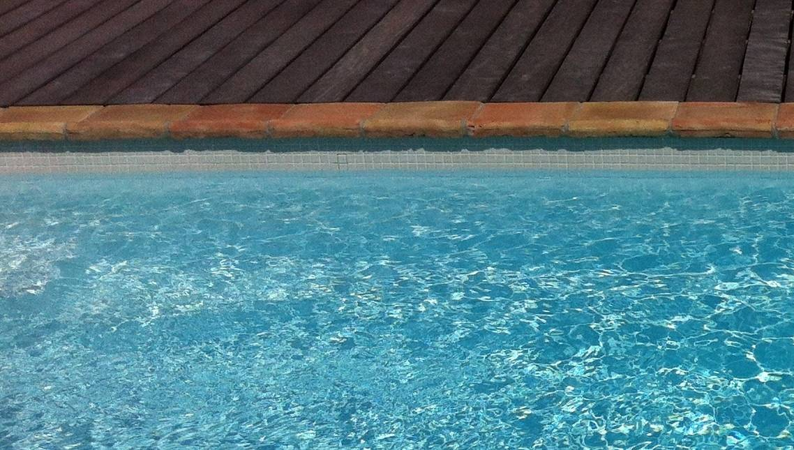 Frise piscine good poser du carrelage sur une terrasse for Frise liner piscine